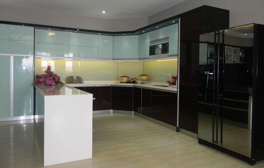 Sử dụng chất liệu nhôm kính cho tủ bếp