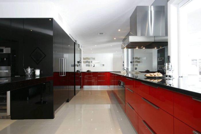 nội thất bếp với hai màu đối lập
