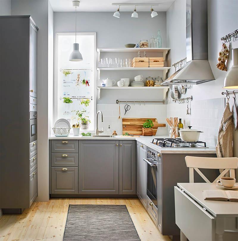 Nhà bếp trong căn hộ với thiết kế giá treo đồ