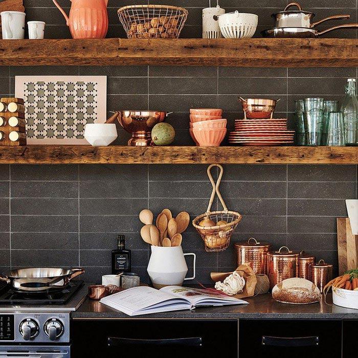 Nhà bếp với kệ áp tường