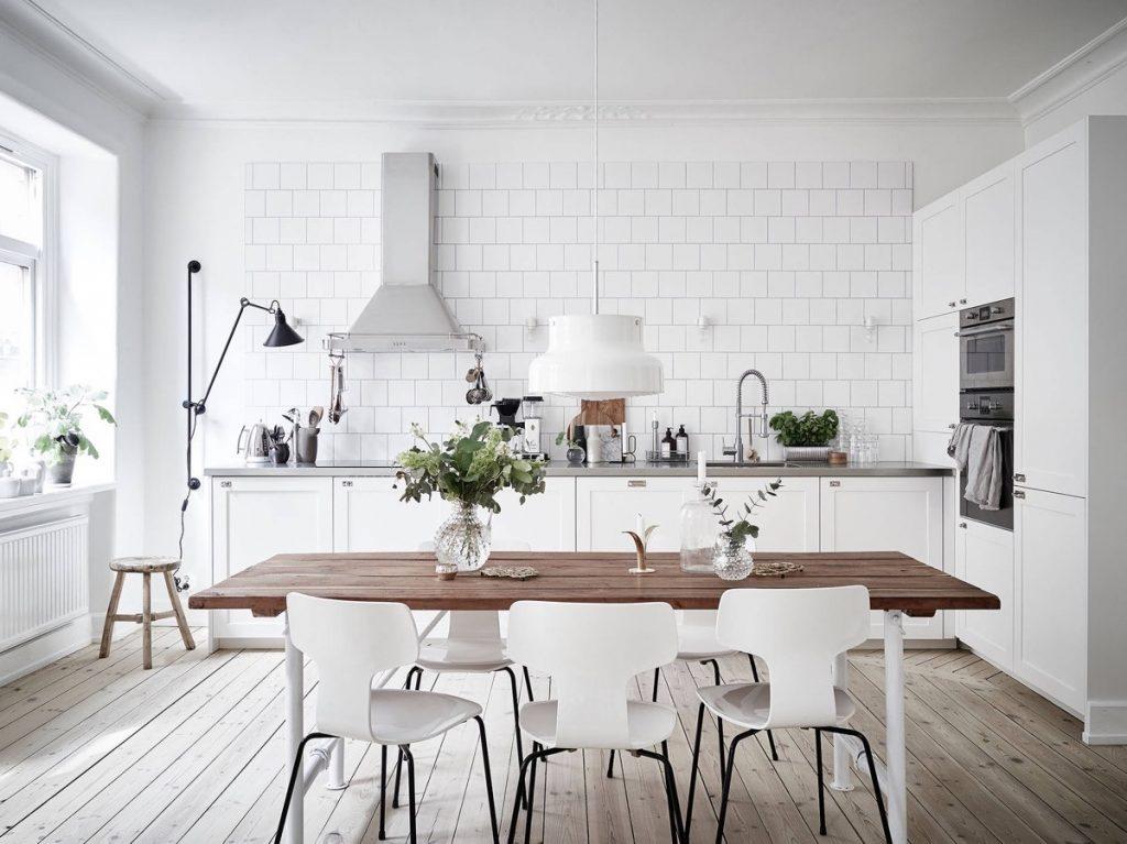 Sử dụng gạch ốp tường và thiết kế nhà bếp trắng theo phong cách Scandinavian