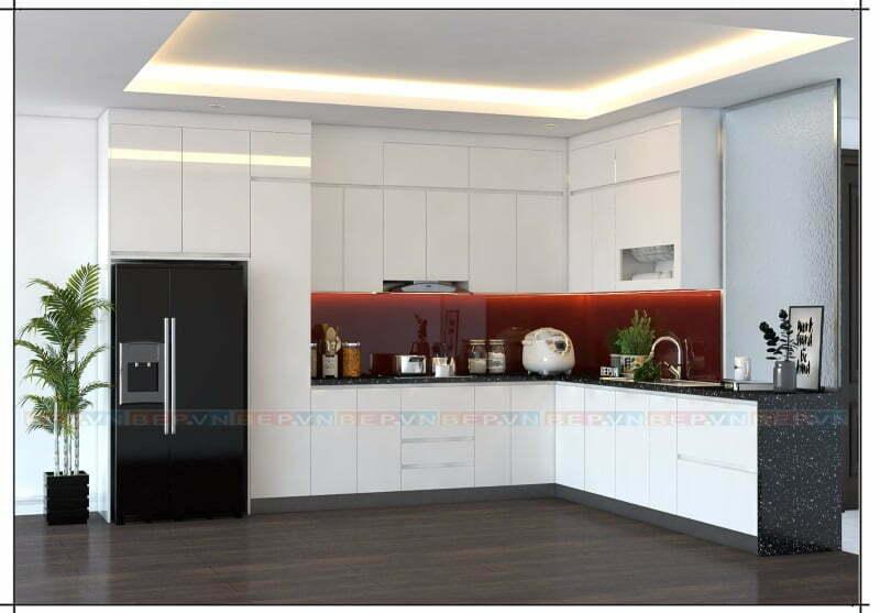 Tủ bếp trắng có điểm nhấn là tường chắn bếp bằng kính cường lực màu rượu vang đỏ kích thích thị giác và vị giác.
