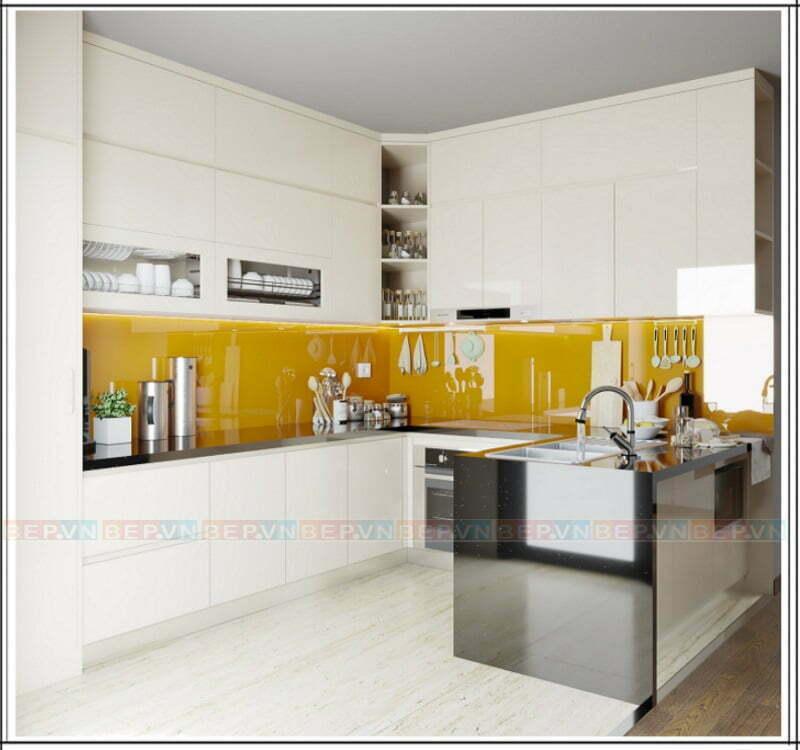 Làm mới tủ bếp trắng với tường chắn bếp tông màu ấm nóng.